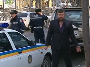 В Киеве пьяный батюшка на джипе пытался разбить машину ГАИ [Видео]