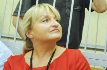 Жена Луценко трет ноги об волка и запрещает детям плакать